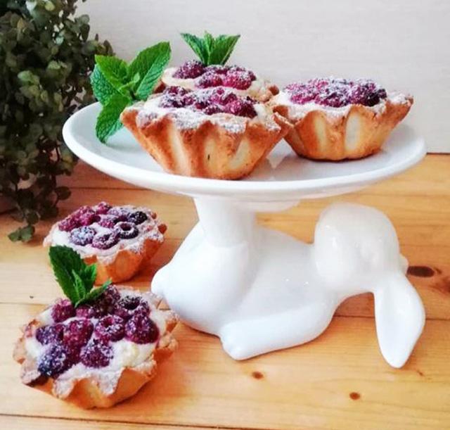 Песочные корзиночки с ягодами и кремом: быстрая выпечка для завтрака