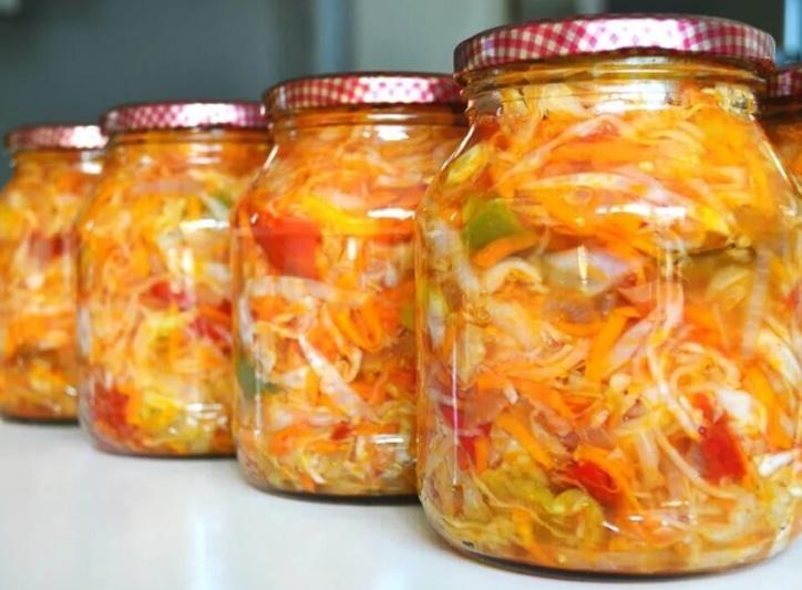 Пикантный салат из капусты и болгарского перца: маринуем на зиму