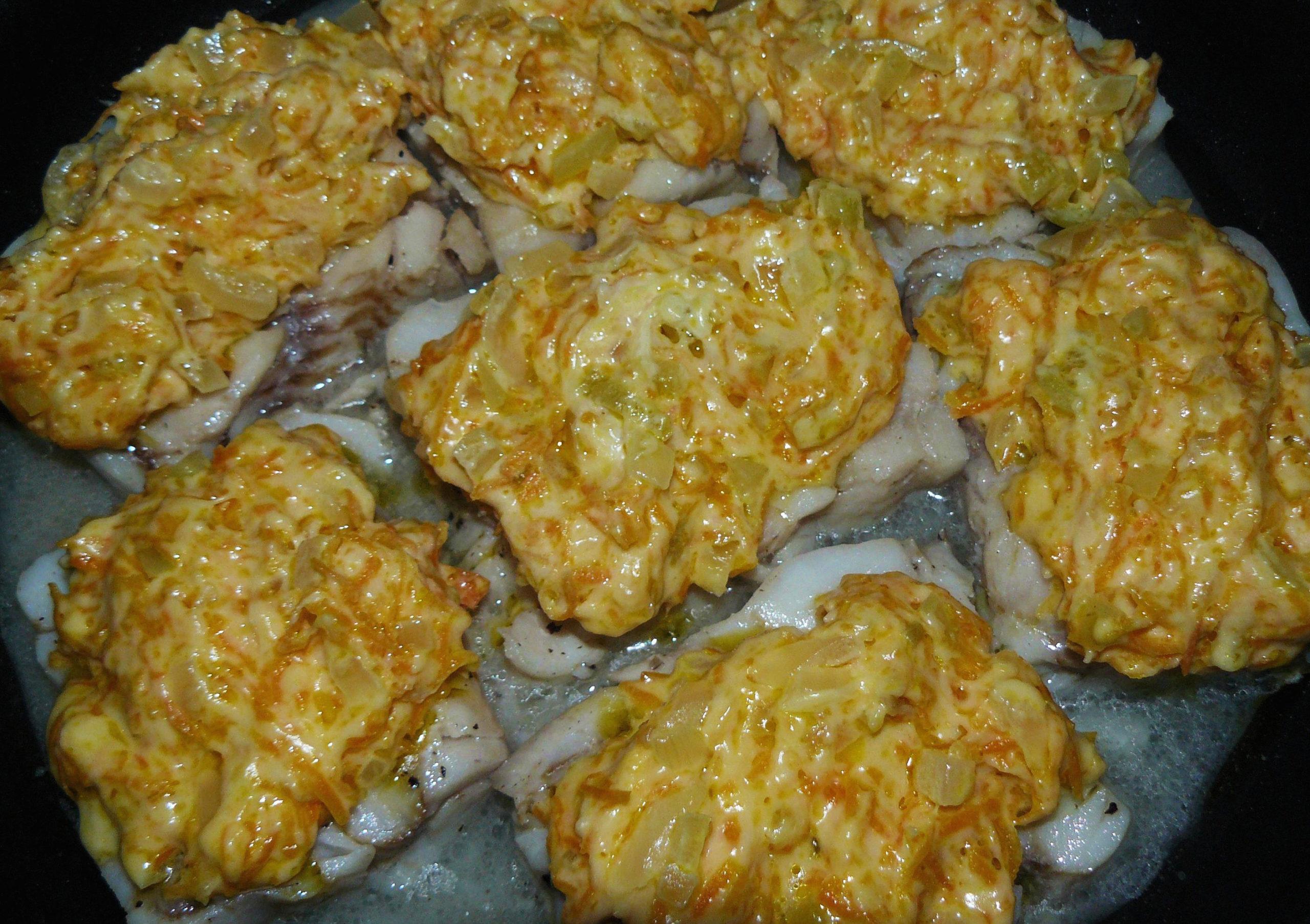Рыба с сыром и овощами на сковороде
