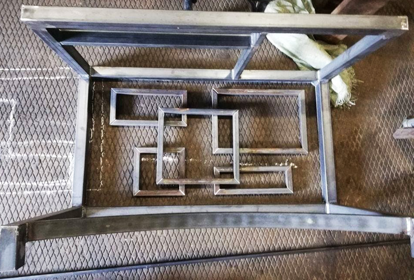 Простой металлический мангал из дешевых материалов
